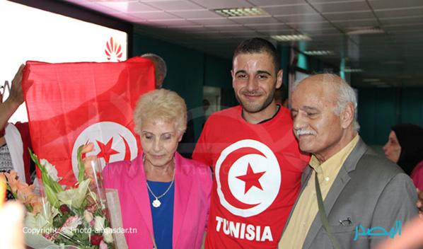 Tahar Manaï, au milieu de sa mère Malika et de son père Ahmed.