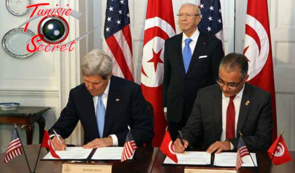 Mohsen Marzouk et John Kerry ratifiant le traité de Protectorat en présence du Bey Tartempion, Béji Caïd Essebsi.