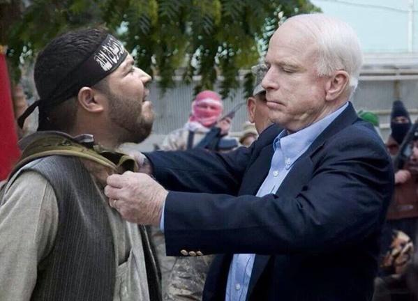 L'Officier John McCain décorant un soldat d'Allah