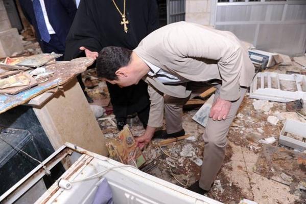 Le président Bachar el-Assad, dans une église chrétienne dévastée par la barbarie islamiste, après la libération de la ville martyre de Maaloula.