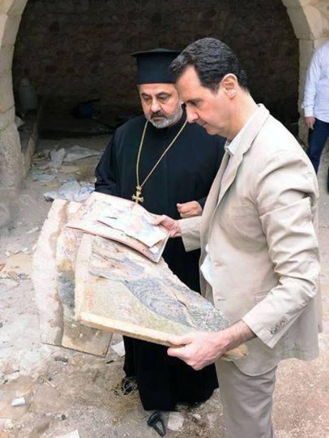 Le président Bachar el-Assad, dans la ville libérée de Maaloula, en compagnie d'un religieux syrien rescapé de la barbarie islamo-fascistes.