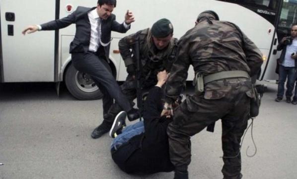 """Yusuf Yerkel, l'un des conseillers d'Erdogan, employant les mêmes arguments frappants que son maître pour """"convaincre"""" un manifestant de Soma."""
