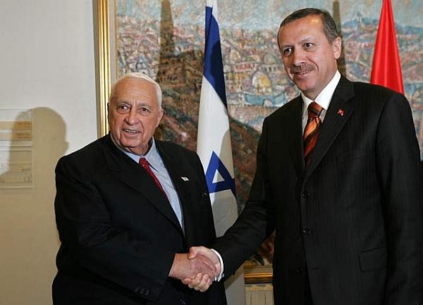 Le Frère musulman Recep Tayyip Erdogan avec le boucher de Sabra et Chatila, Ariel Sharon. L'alliance sacrée entre islamisme turc et sionisme israélien.