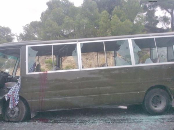 Le bus militaire criblé de balles sur la route reliant le Kef à Jendouba.