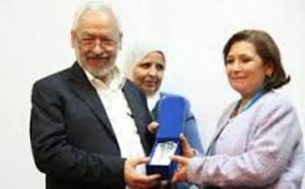 Sihem Ben Sedrine, reçevant des mains de Rached Ghannouchi un prix pour services rendus à la secte des Frères musulmans.