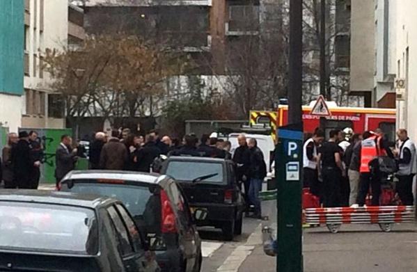 Evacuation des blessés devant le siège du journal Charlie Hebdo.