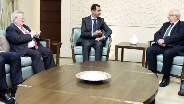 Le Président Bachar Al-Assad recevant la délégation française. A gauche, le député UMP Jacques Myard.