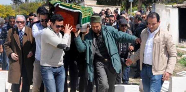 Arrivée du corps au cimetière El-Jellaz porté par ses amis et proches.