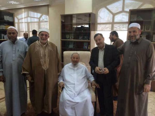 Abdelfattah Mourou à gauche, Youssef Qaradaoui au centre, Ahmed Mansour à droite. Trois frères musulmans au service de l'émirat islamo-mafieux du Qatar.