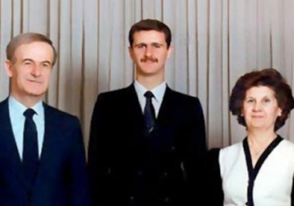 Le Président syrien Bachar Al-Assad, entre son père Hafez et sa mère Anissa.