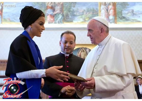 Samedi 4 juin 2016, le Pape François recevant des mains de Moza Bint Nasser al-Missned, un manuscrit arabe volé par Daech.