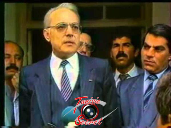 Rachid Sfar Premier ministre de Bourguiba en 1986. A sa droite, Ben Ali, alors ministre de l'Intérieur.