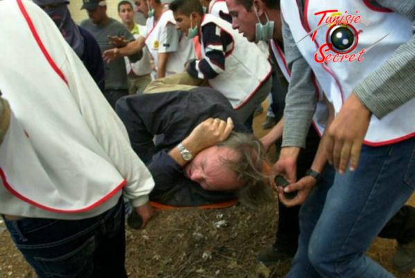 """Le 21 octobre 2000, Jacques-Marie Bourget entouré par des urgentistes Palestiniens. Il venait de se faire sniper par un tireur """"ami"""" à la France!"""