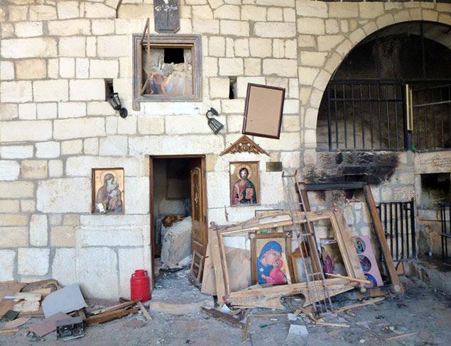 Une Eglise chrétienne dévastée par la horde islamo-fasciste à la solde du Qatar et de l'Arabie Saoudite.