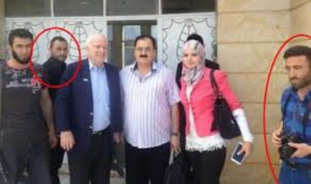 Le criminel de guerre John McCain, posant avec les barbares de l'EIIL en Syrie.
