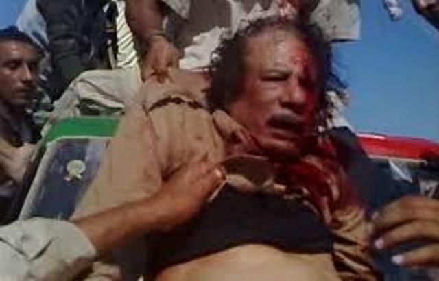 Le colonel Kadhafi, encore vivant entre les mains des mercenaires libyens, le 20 octobre 2012.