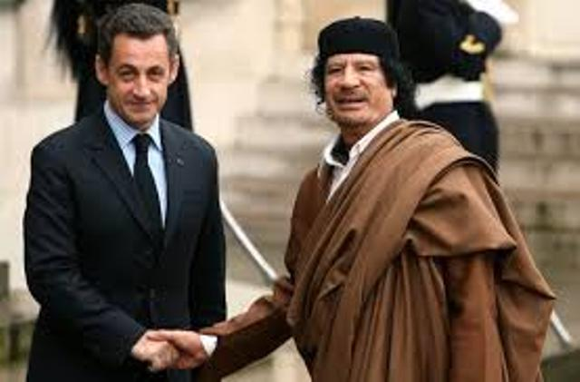 "Nicolas Sarkozy avec son ""frère"" Mouammar Kadhafi."