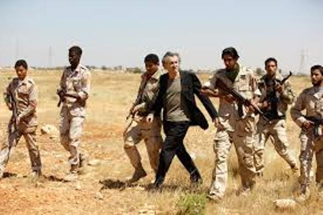 BHL escorté par des mercenaires islamistes de Benghazi au moment de la croisade impérialiste contre la Libye.