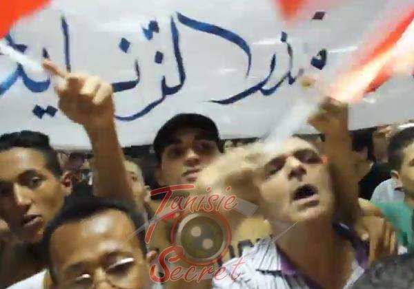 Une foule spontanée accueillant Mondher Zénaïdi à sa sortie de l'aéroport de Tunis-Carthage, le 14 septembre 2014.