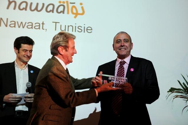Riadh Guerfali, co-fondateur de Nawaat avec Sami Ben Gharbia, recevant, le 11 mars 2011, le prix du Net-Citoyen des mains de Bernard Kouchner, le champion du droit d'ingérence sauf en Israël ! A gauche, dans le double sens du terme, jean-François Julliard, successeur de Robert Ménard, qui est passé de RSF au Front National après une longue escale à Doha, au service de cheikha Moza !