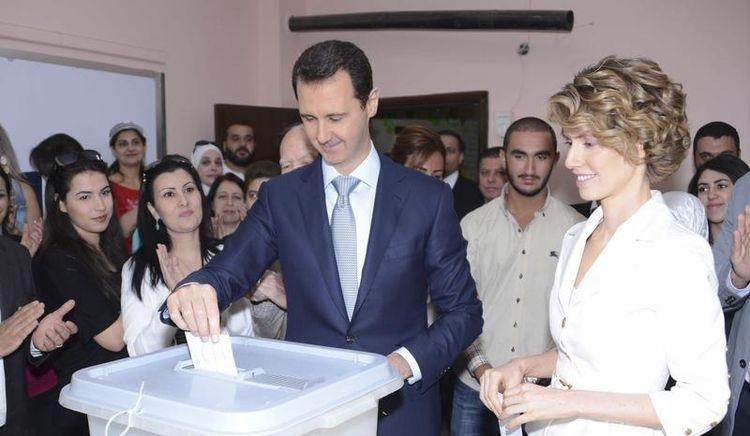 Le Président syrien et son épouse au moment des élections de juin 2014, lors desquelles il a obtenu 88,7% des voix exprimées.