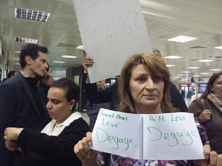 Des manifestants tunisiens à l'aéroport de Tunis-Carthage tout à l'heure.