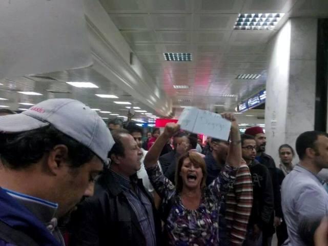 Des manifestants tunisiens à l'aéroport de Tunis-Carthage tout à l'heure (vendredi 31 octobre à 22h50).