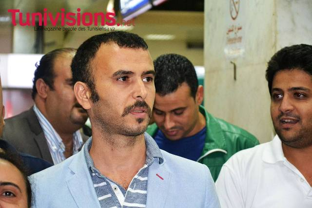 L'humoriste tunisien Lotfi Abdelli, manifestant à l'aéroport de Tunis-Carthage contre l'arrivée de Bernard Henri Lévy.