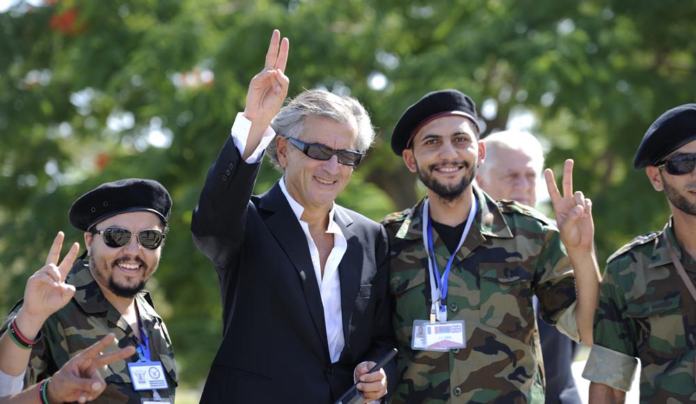 """Bernard-Henri Lévy avec ses mercenaires arabes, gendarmés par les """"forces du bien"""" pour détruire leurs pays dans l'intérêt supérieur d'Israël."""