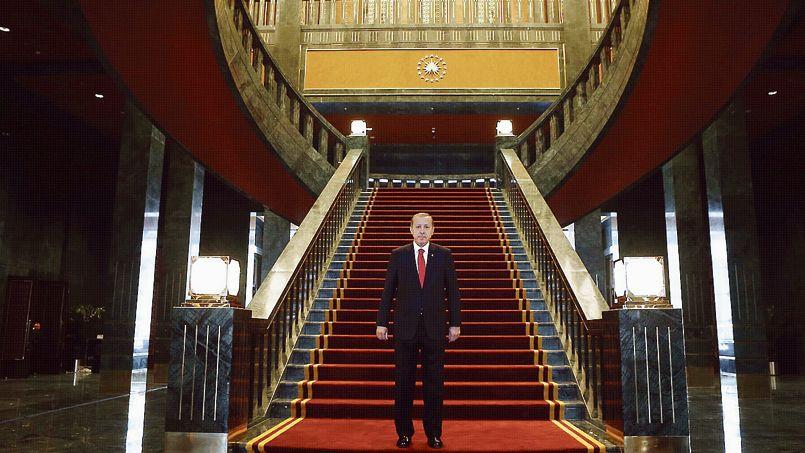 """Le grand Vizir Erdogan, prototype parfait de l'islamisme """"modéré"""", dans son palais de 1200 chambres, qui a coûté 491 millions d'euros au peuple Turc."""
