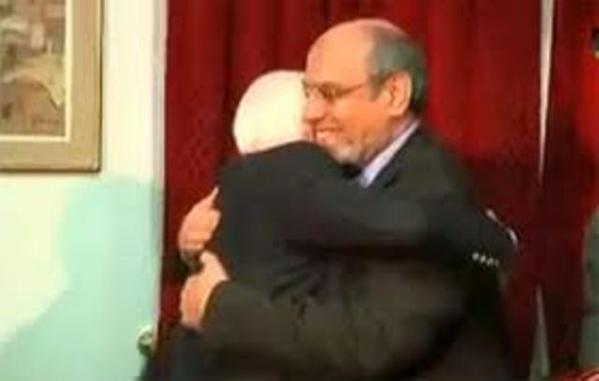 """Le criminel de guerre John McCain félicitant le soldat des Frères musulmans après la """"libération' de la Tunisie !"""