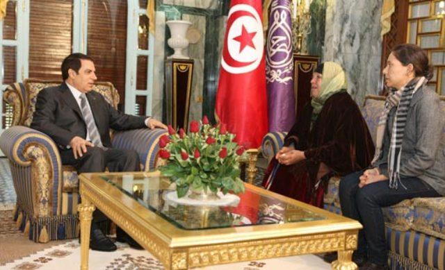 Janvier 2011, Ben Ali recevant Manoubia Bouazizi et sa fille Leila.