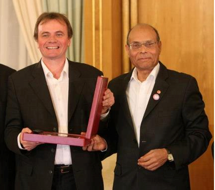 Carthage le 8 décembre 2012. Vincent Geisser recevant un prix  pour services rendus à la patrie. On ne sait pas laquelle des deux !