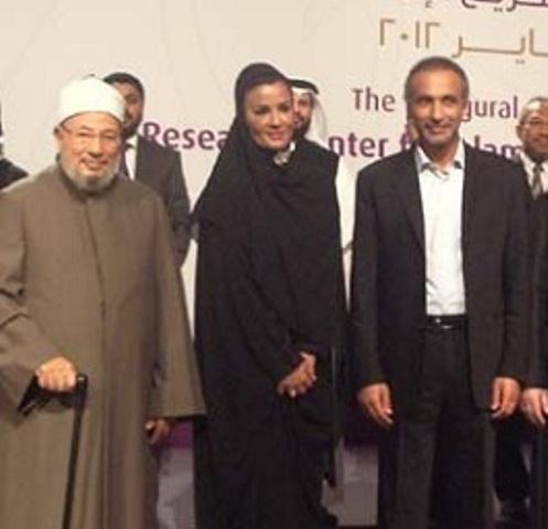 """De gauche à droite: Youssef Qaradaoui, le grand prêtre de l'islamo-terrorisme, cheikha Mozza, la grande prêtresse de l'islamisme mondial, et Tariq Ramadan, mercenaire du Qatar et mégaphone de l'islamisme très """"modéré"""" !"""