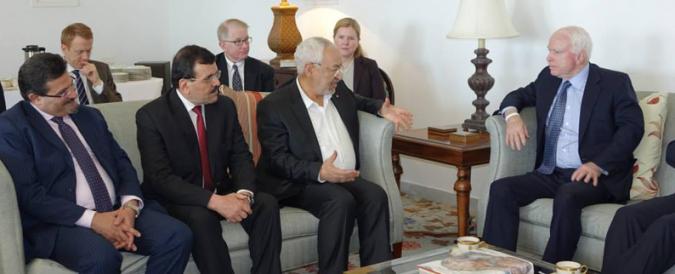 Rached Ghannouchi, Ali Larayedh, Rafik Bouchlaka, en position d'écoliers devant le maître de l'école, John McCain.