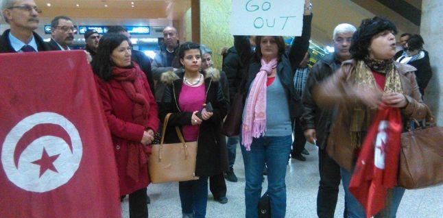 Femmes patriotes manifestants à l'aéroport de Tunis-Carthage.