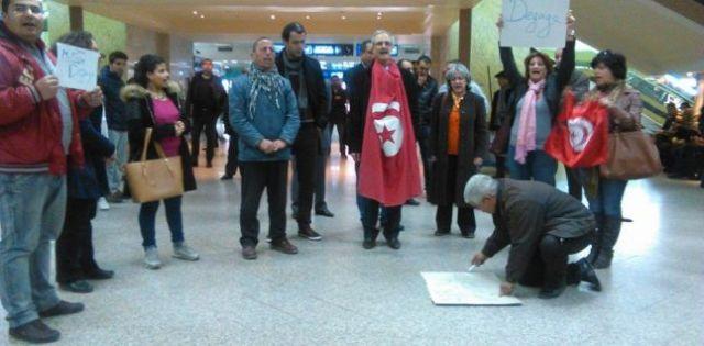 Ils ne sont pas plus de dix personnes manifestant contre l'arrivée à Tunis du criminel de guerre John McCain.