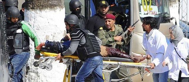 Évacuation des touristes blessés le 18 mars 2015 au palais du Bardo.