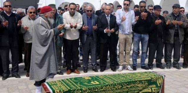 Au moment de la prière au cimetière El-Jellaz.