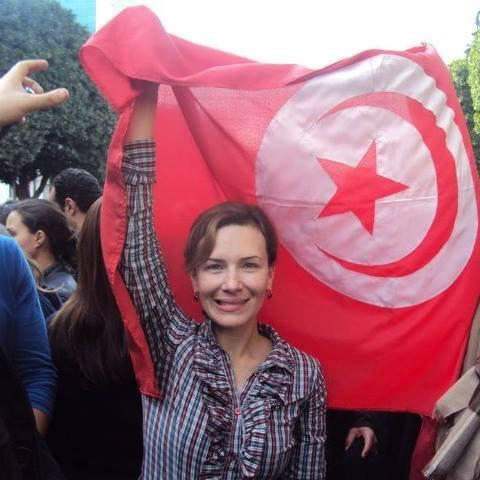 Emna Jeblaoui, le 14 javier 2011, devant un drapeau qui est aujourd'hui plus bas que terre !