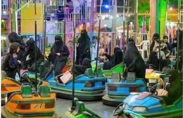 Femmes saoudiennes burkabisées...mais heureuses dans une foire.