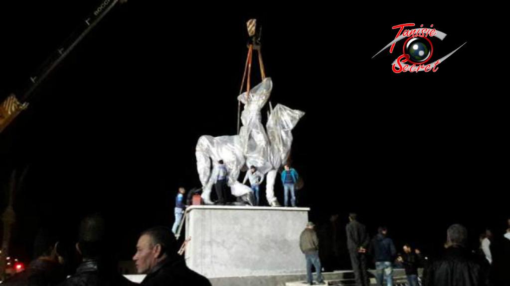 Photo exclusive TS  installation de la statut équestre de Bourguiba le 14 mars 2016 à l'entrée de la ville de Monastir.