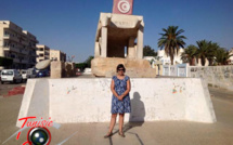 Madame Carol McQueen, Ambassadeur du Canada en Tunisie, au pied de la Brouette de Sidi Bouzid, symbole de la décadence tunisienne et berceau de la guerre néocoloniale contre le monde arabe.