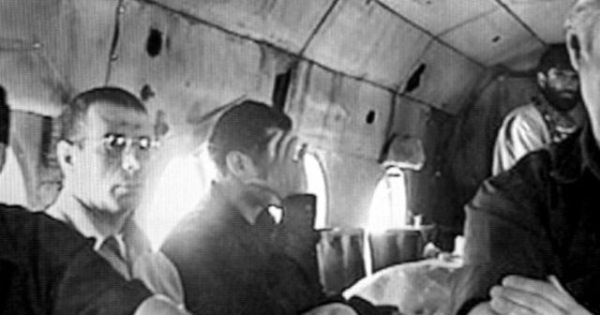Dahmane Abdelsattar et Bouraoui al-Ouaer, les deux terroristes tunisiens que Ben Laden a envoyé assassiner le commandant Massoud, pris en photo dans l'avion qui les amenait en Afghanistan, en 2001. .